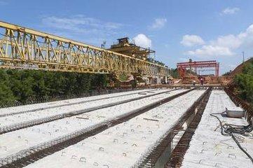 包茂高速东岸河特大桥正在铺设桥板-高速路施工中两个 高州速度 使拆