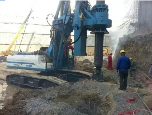 旋挖机采用动力头形式,其工作原理是用短螺旋钻头或旋挖斗,利用强大的